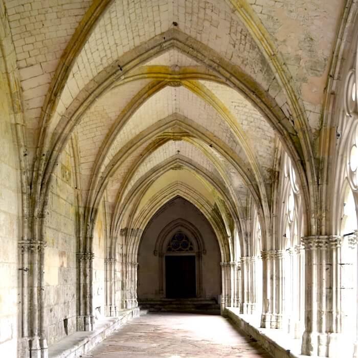 Le cloître de l'abbaye de Saint-Wandrille date du XVe - XVIe siècle