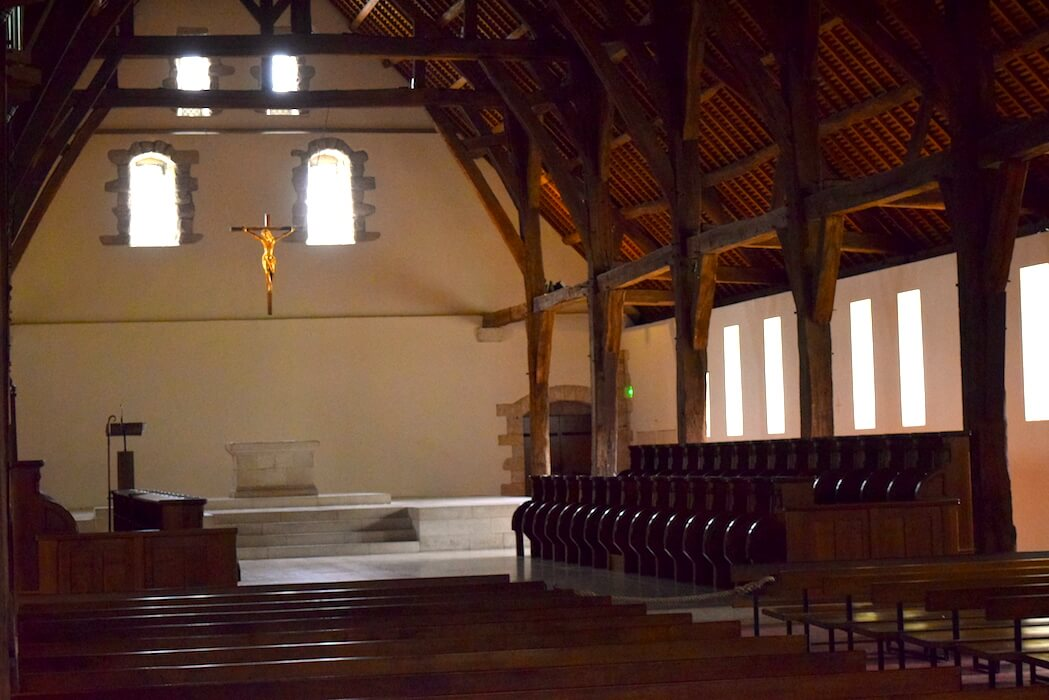 L'église abbatiale de l'abbaye de Saint-Wandrille est une ancienne grange du XIIIe siècle, déplacée pierre par pierre depuis l'Eure
