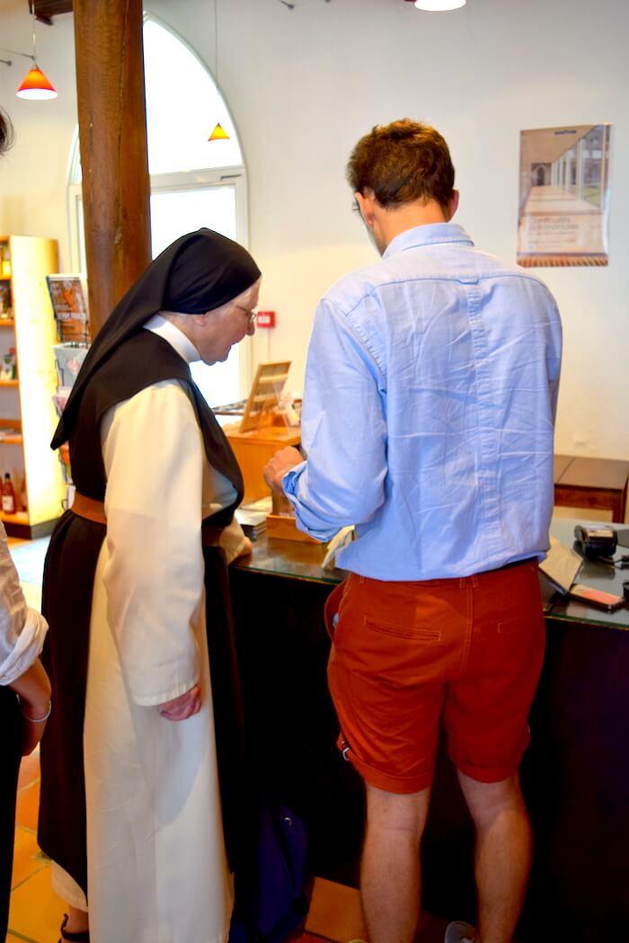 Soeur Odile et Côme discutent dans la boutique de l'abbaye Notre-Dame des Gardes