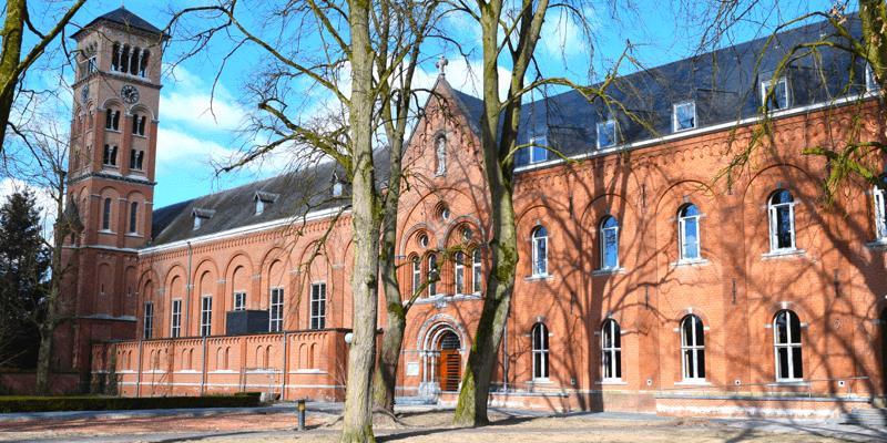 L'abbaye de Westmalle en Belgique, reconnaissable entre mille avec ses très belles briques rouges – Divine Box
