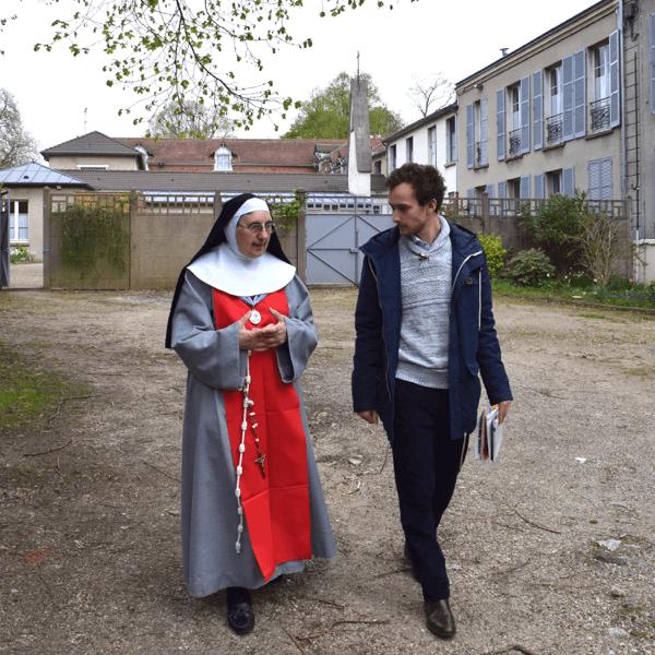La soeur économe des annonciades de Thiais fait visiter le monastère à Côme !