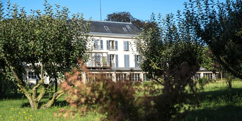 Le magnifique monastère de l'Annonciade de Thiais au milieu de ses jardins !
