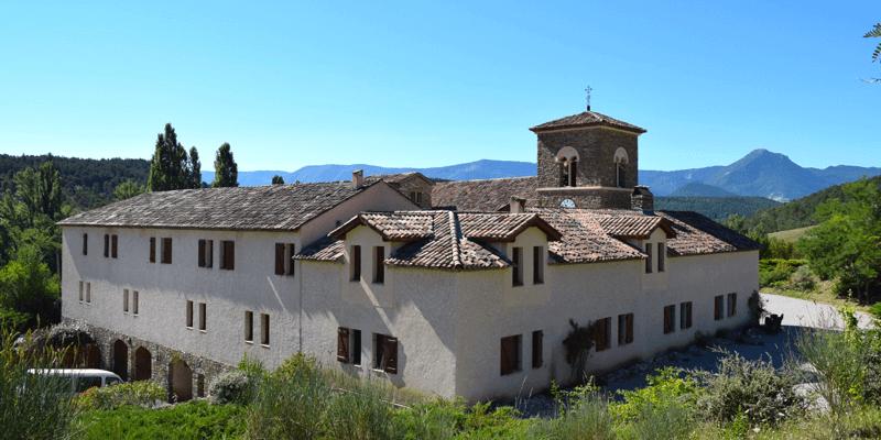 L'abbaye de Rosans se trouve en Provence, dans les Hautes-Alpes, dans une ancienne ferme du lieu-dit