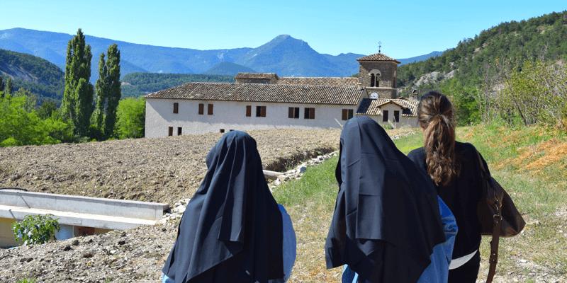 L'abbaye de Rosans est entourée du splendide paysage des Alpes