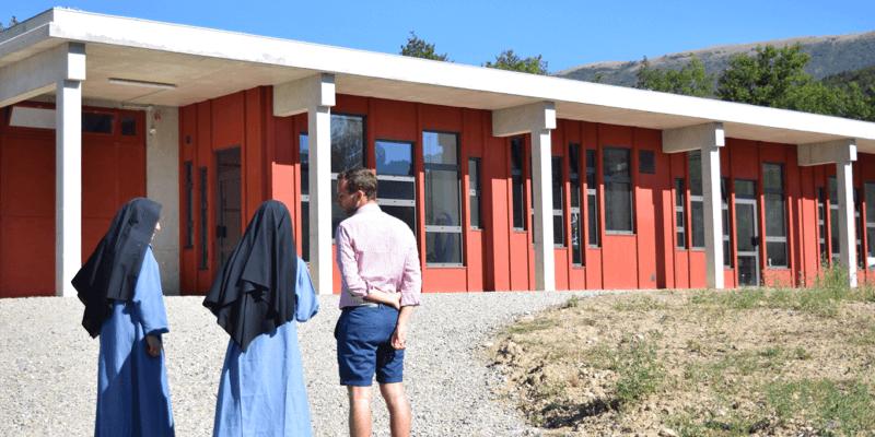 >Les soeurs de l'abbaye de Rosans font un petit tour du propriétaire avec Côme