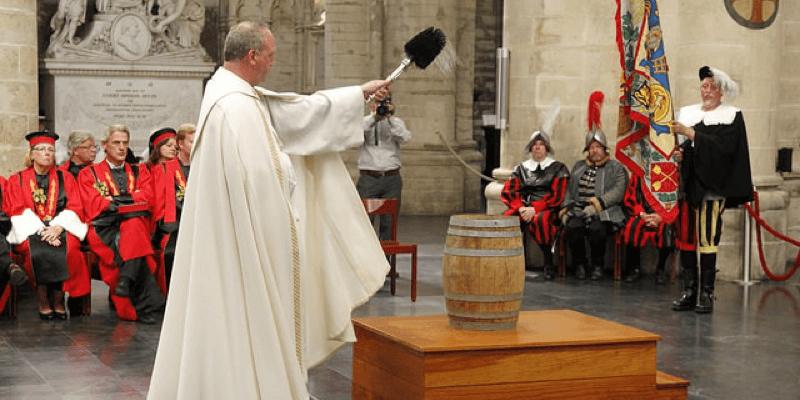 Bénédiction de la bière avec une prière de la bière dans la cathédrale de Bruxelles, le jour de la saint Arnoult de Soisson, saint patron des brasseurs belges - Crédit photo: Aleteia