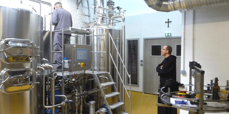 Deux moines de l'abbaye de Saint-Wandrille s'occupant du brassage de leur bière, au sein même de l'abbaye