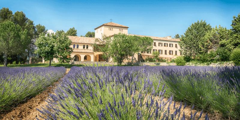 La splendide abbaye de Jouques se trouve en Provence, entourée de champs de lavande