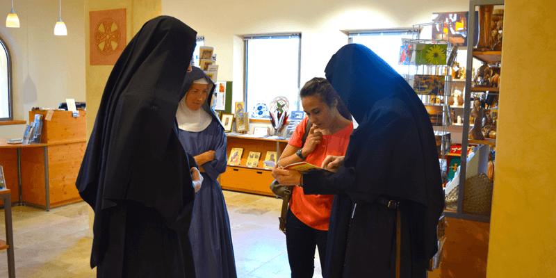 Les soeurs bénédictines de Jouques présentent à Astrid leur boutique avec tous leurs produits monastiques