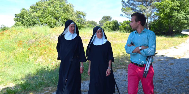 Côme visite les magnifiques jardins de l'abbaye de Jouques en compagnie de deux soeurs bénédictines