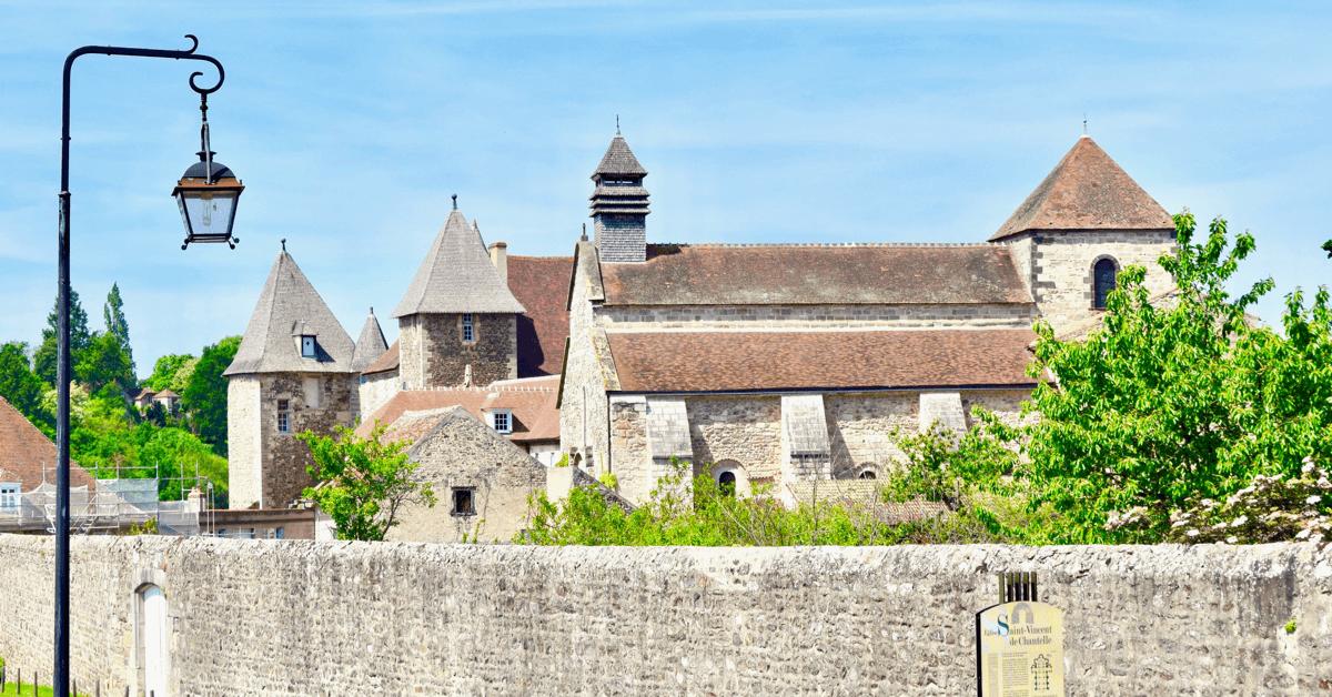 L'abbaye de Chantelle se situe en Auvergne, dans un ancien château