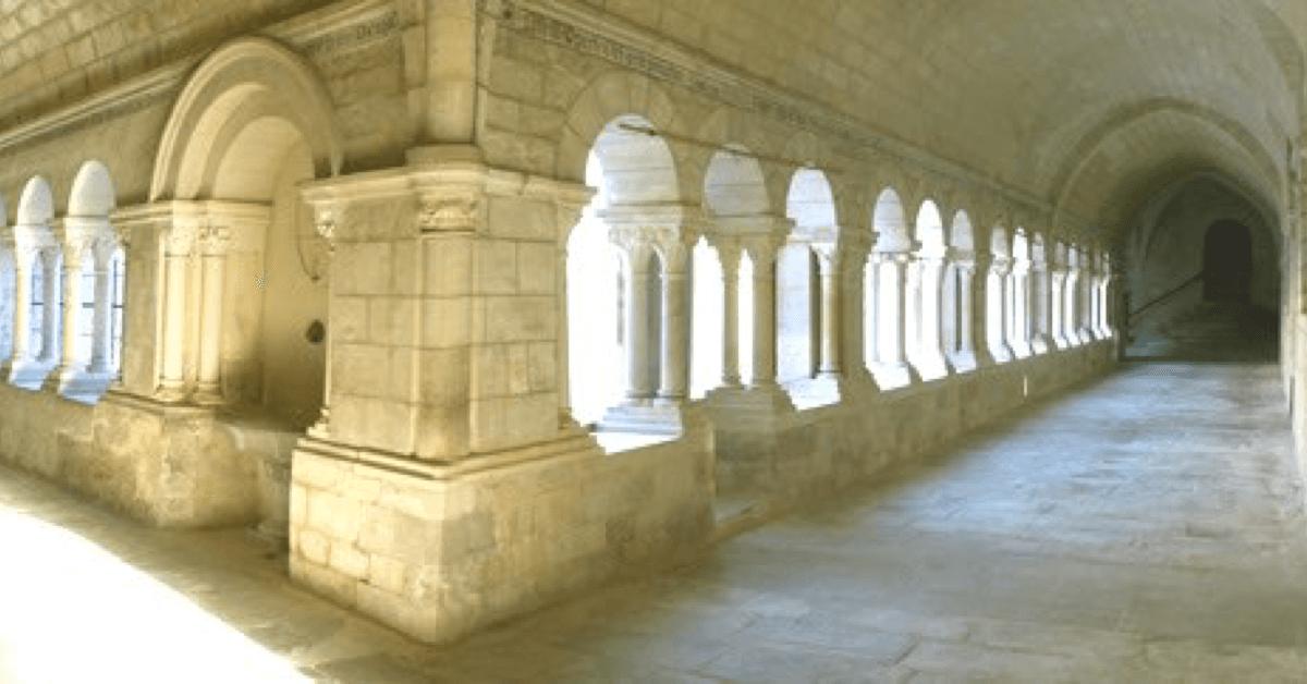 Certaines parties du cloître en pierres datent encore du XIVe siècle