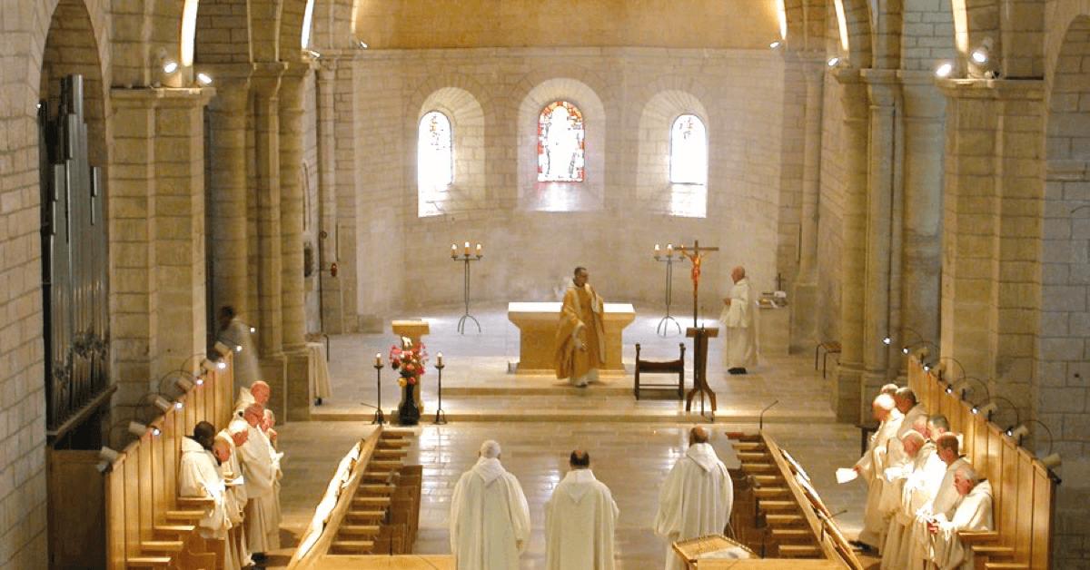 Les moines de l'abbaye d'Aiguebelle se retrouvent huit fois par jour dans l'église pour prier en communauté