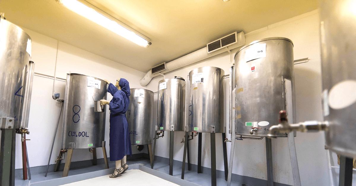 Les soeurs de l'abbaye de Chantelle conçoivent, développent et fabriquent artisanalement des produits cosmétiques dans leur laboratoire