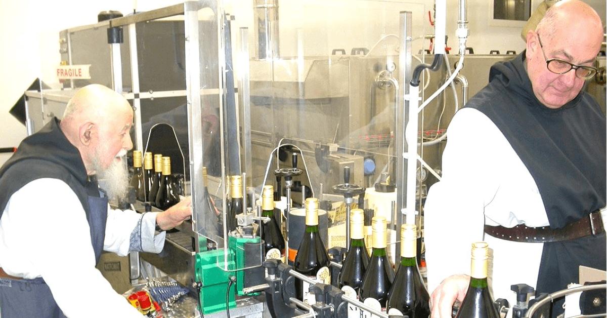 Les moines trappistes d'Aiguebelle en train de mettre en bouteille l'alexion, leur boisson phare aux 52 plantes