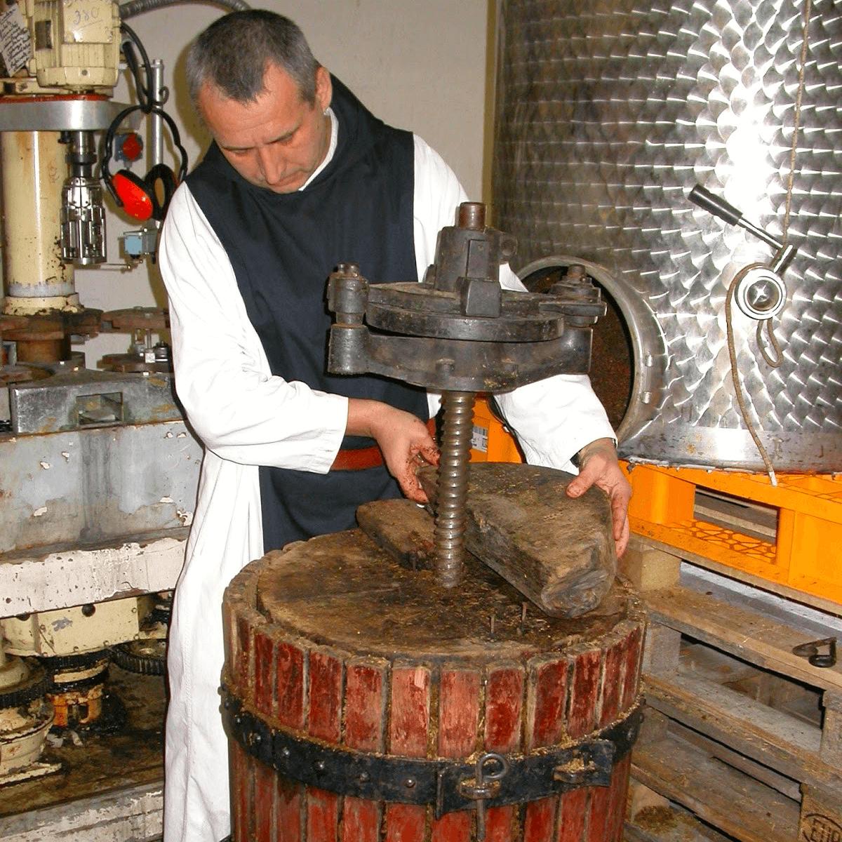 Un moine trappiste prépare de l'Alexion d'Aiguebelle