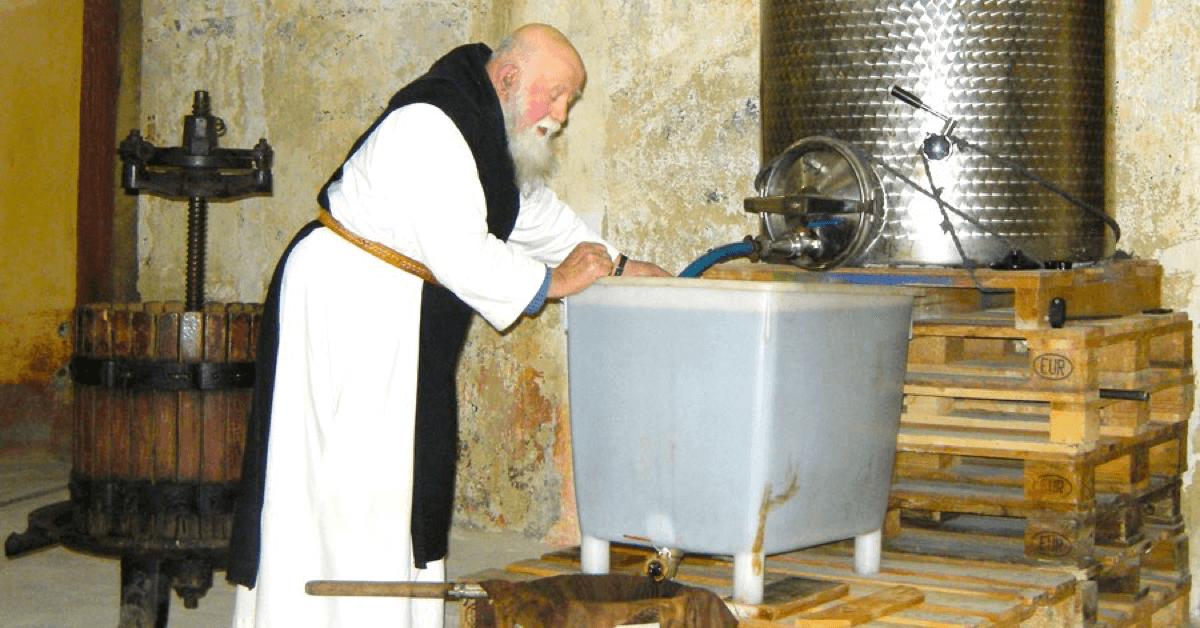 Un moine trappiste prépare du baume d'Aiguebelle