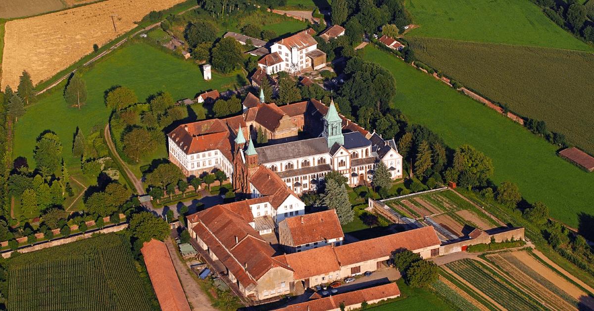 Après les bombardements des deux guerres mondiales, l'abbaye d'Oelenberg renaît de ses cendres, grâce au diocèse de Strasbourg et de moines néerlandais