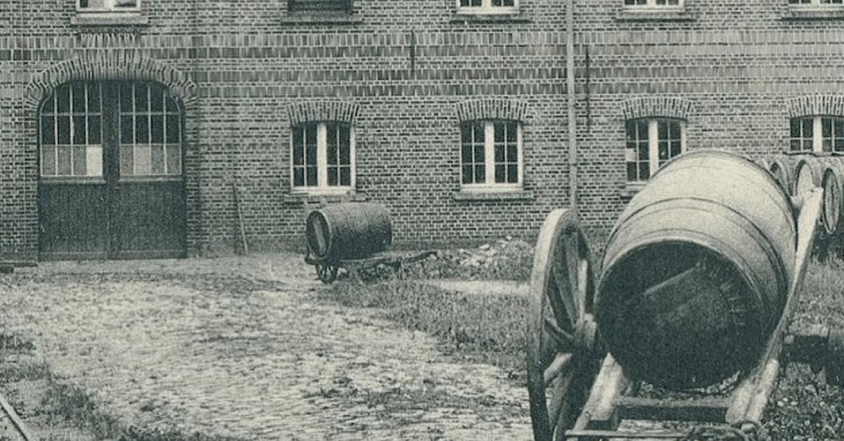 Photo du début du XXème siècle montrant des tonneaux de Westmalle déposés devant la brasserie de l'abbaye