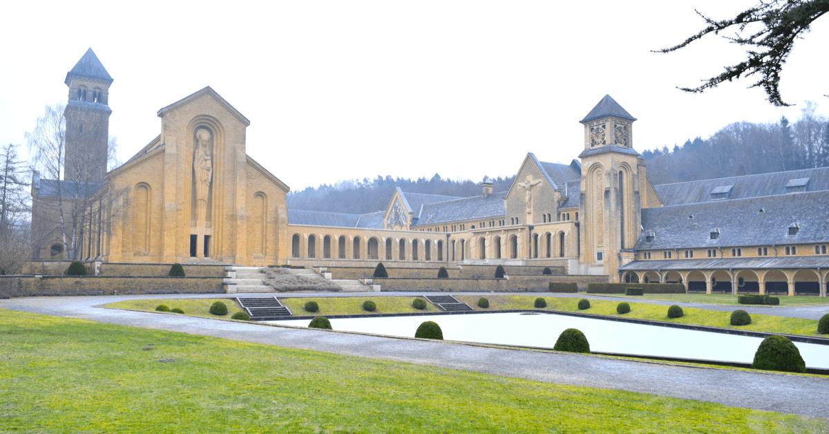 La très belle et très grande abbaye d'Orval se trouve en Belgique, non loin de la frontière française
