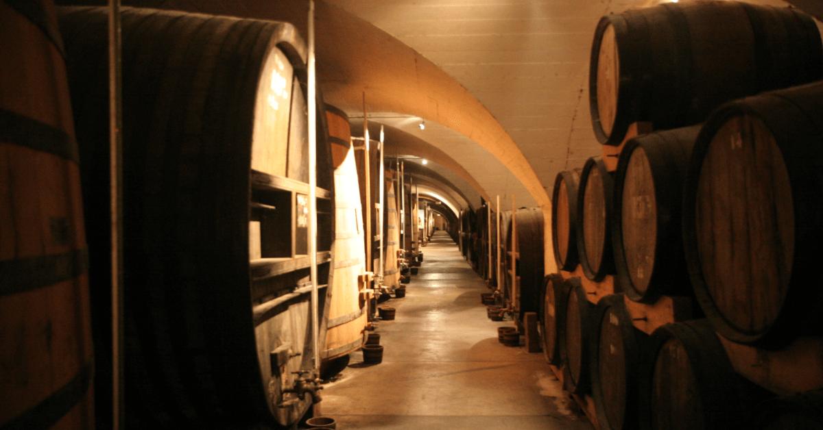 Les liqueurs de la Grande chartreuse sont mises à vieillir entre trois et neuf ans dans les caves du monastère, les plus grandes caves à liqueur du monde (164 mètres de long)