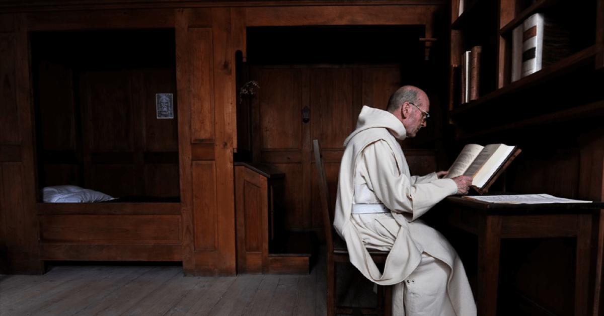 Pour ne pas nuire à la leur vie contemplative, frère Jean-Jacques et Dom Benoît avaient une réplique de leur cellule installée dans la distillerie, mais pour éviter toute tentation, ils préfèrent aujourd'hui ne s'y rendre qu'une ou deux fois par semaine
