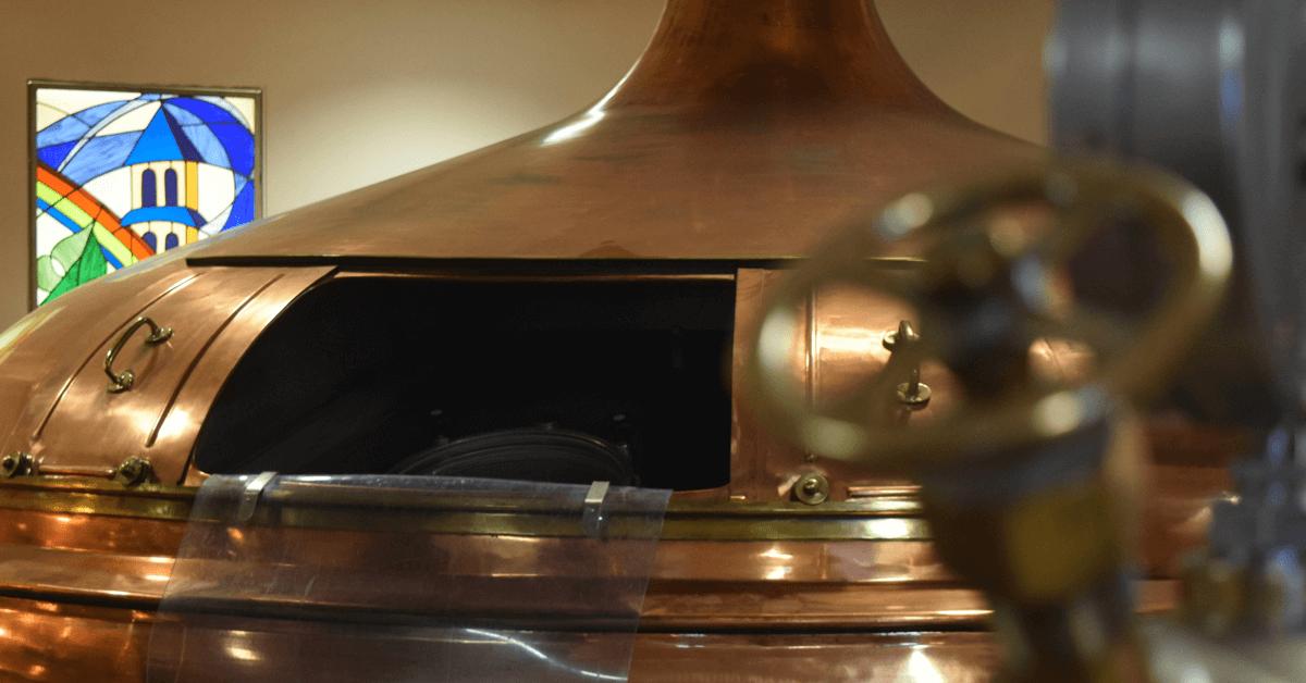 Ci-dessus, les cuves en cuivre de la brasserie d'Orval, où la bière Orval est produite en quantité limitée, malgré la hausse constante de la demande