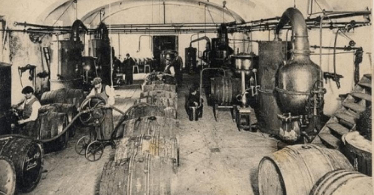 Ci-dessus, une photo d'une des salles de distillation de l'<strong>élixir végétal de la Grande Chartreuse</strong> dans l'ancienne distillerie de Fourvoirie