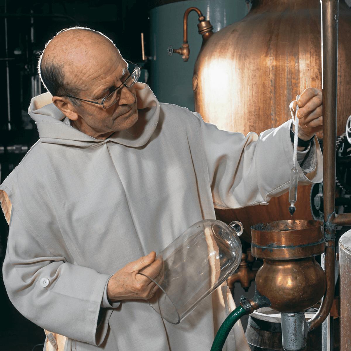 C'est Dom Benoît lui-même qui contrôle la distillation des liqueurs de la Grande Chartreuse avant leur mise en fût