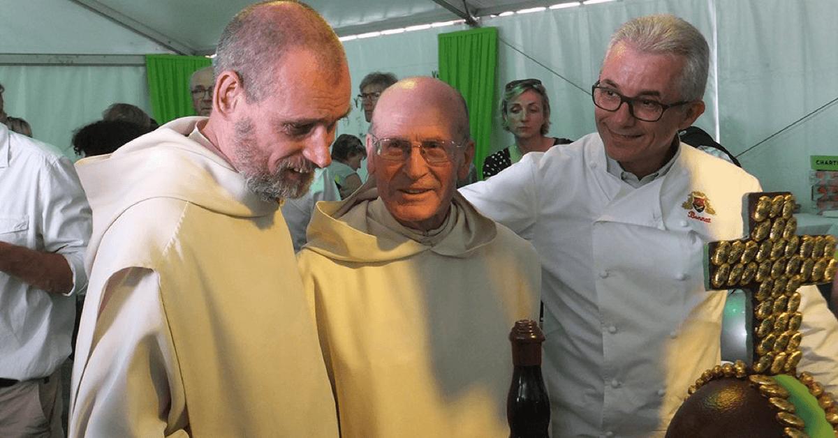 Ci-dessus, Frère Jean-Jacques (à gauche) et Dom Benoît (au milieu), les deux seules personnes au monde à connaitre les secrets de la formule des liqueurs de la Grande Chartreuse