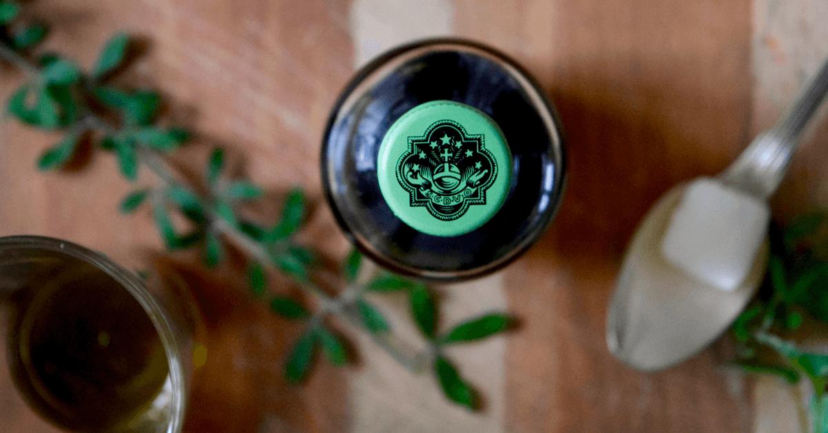 L'élixir végétal de la Grande Chartreuse dégage notamment des arômes de menthe et d'herbe fraîche, et peut se déguster en y versant quelques gouttes sur un morceau de sucre