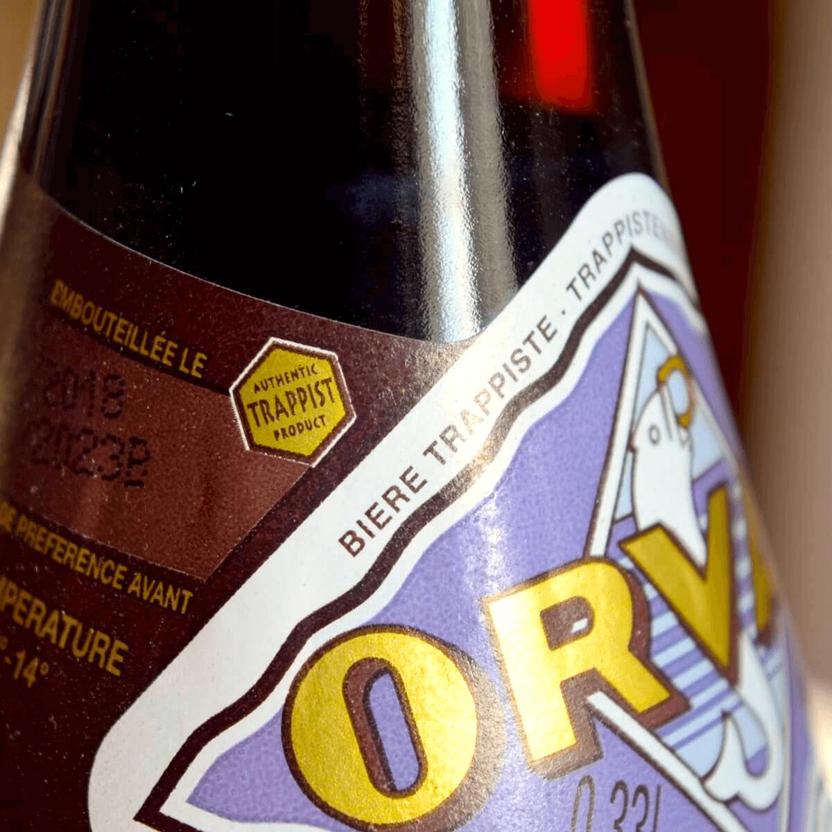 Le logo «Authentic Trappist Product» présent sur la bouteille garantit, entre autres, que la bière est bien brassée au sein de l'abbaye, et sous le contrôle de ses moines