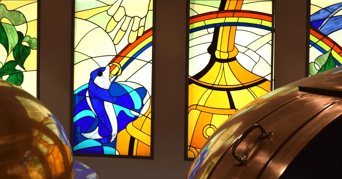 Le vitrail dans la salle de brassage de l'abbaye représente l'épisode de la légende d'Orval, où l'on voit notamment à gauche le poisson tenant l'anneau dans sa bouche