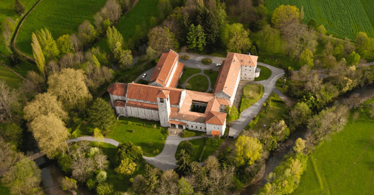 Ci-dessus, l'ancien prieuré de Madiran, qui a aujourd'hui déménagé pour fonder l'abbaye de Tournay
