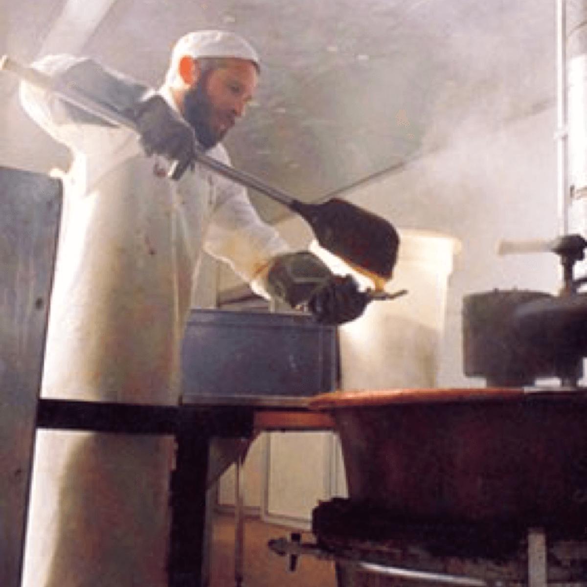 Ci-dessus, un frère de l'abbaye de Timadeuc en train de cuir artisanalement les célèbres et délicieuses pâtes de fruits de la communauté