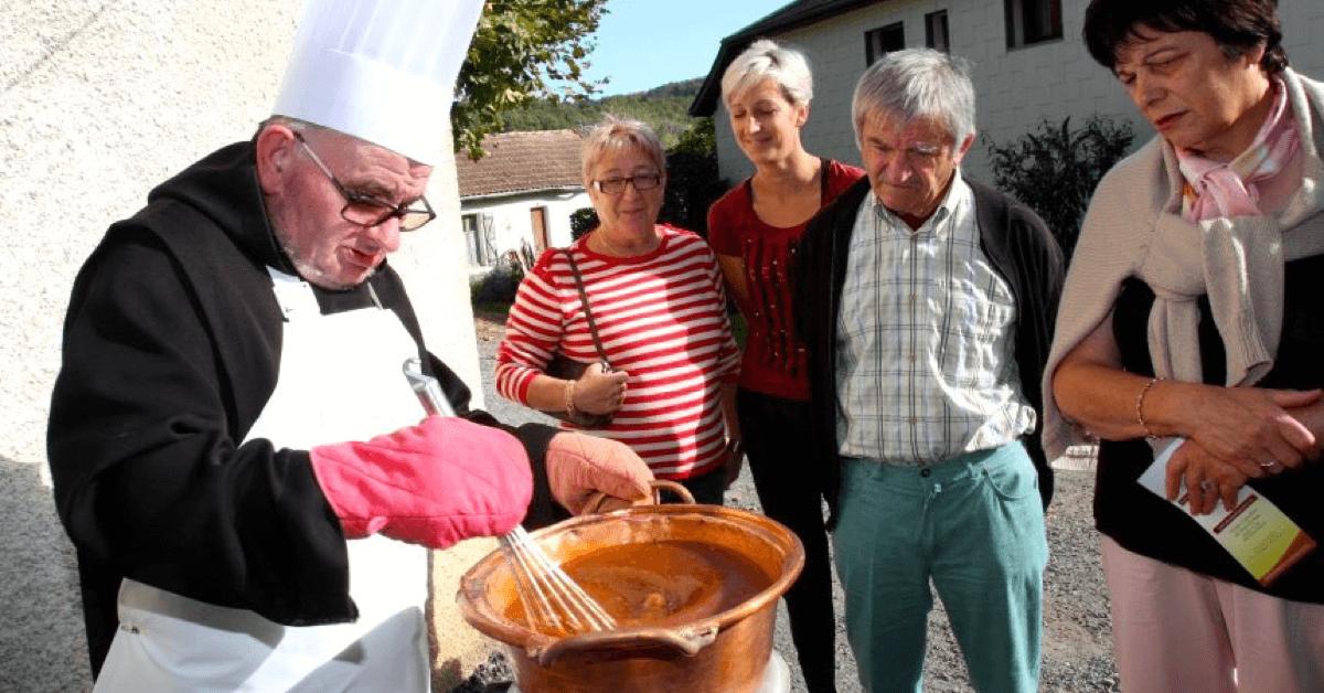 Ci-dessus, Frère Jean dévoile quelques secrets de la recette des pâtes de fruits des moines de Tournay, qui attirent de nombreux gourmands dans la région