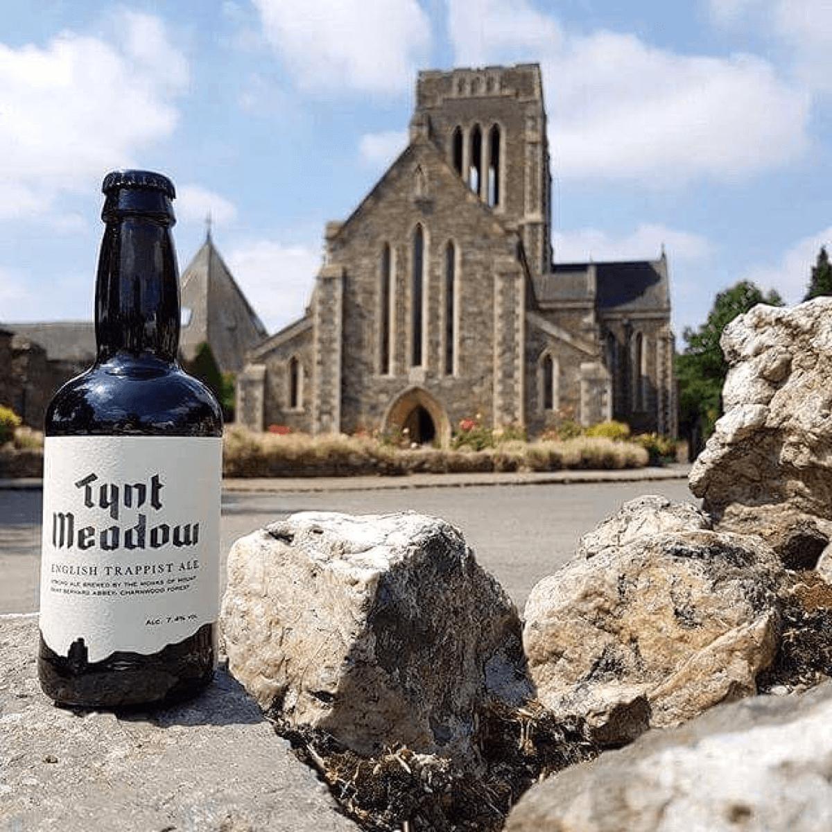 Le «M» de l'étiquette de la Tynt Meadow illustre les fenêtres à lancettes de l'église abbatiale