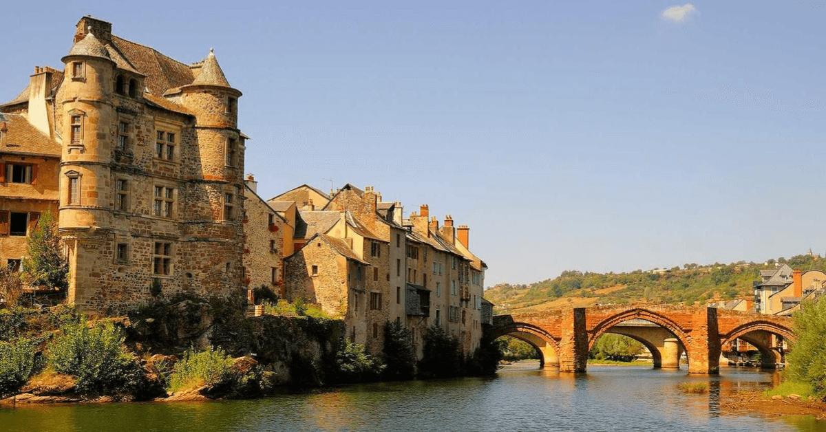 C'est grâce aux soeurs de l'abbaye de Bonneval que la bourgade d'Espalion fut la troisième ville de France à obtenir l'électricité