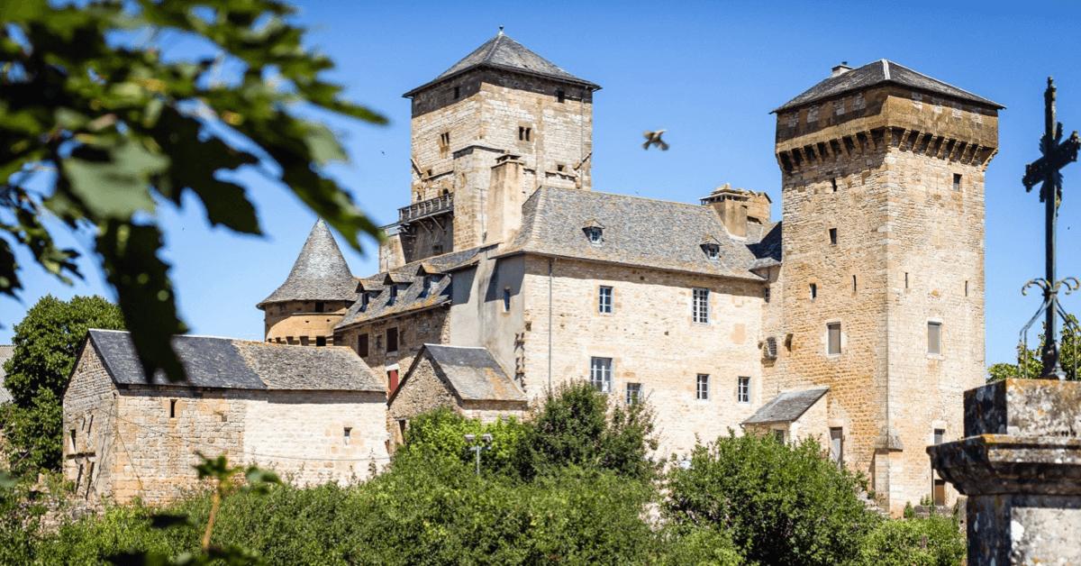 Ci-dessus la Grange de Galinières, une ancienne dépendance fortifiée de l'abbaye de Bonneval, très pratique pour se protéger lors des pillages