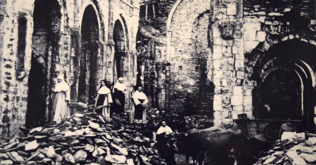 Lorsque les soeurs trappistines reprirent possession de l'abbaye de Bonneval en 1875, celle-ci n'était plus qu'un champ de ruines
