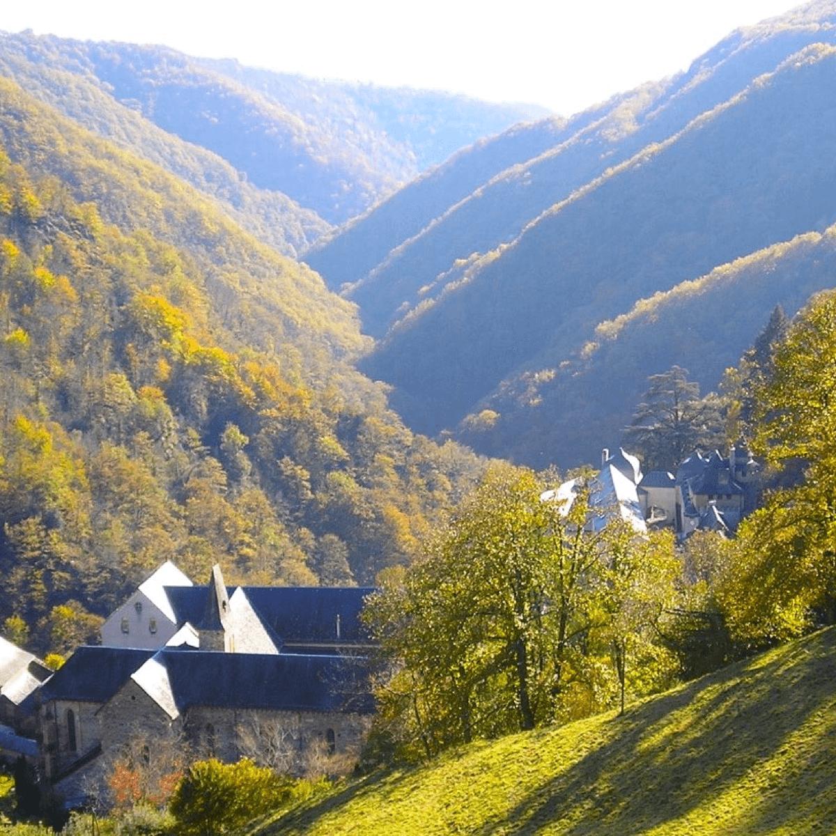 L'abbaye de Bonneval se trouve au creux d'un vallon, selon la tradition cistercienne