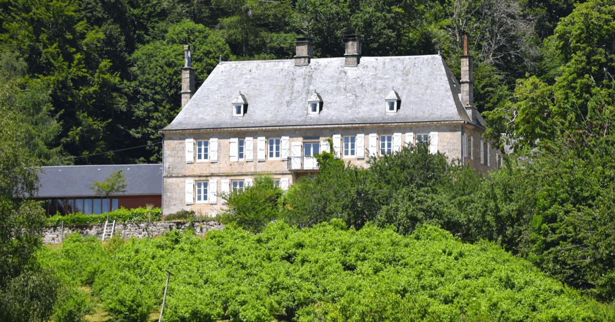 Ci-dessus le magnifique <strong>monastère du Jassonneix</strong> qui surplombe les pieds de myrtille - Divine Box