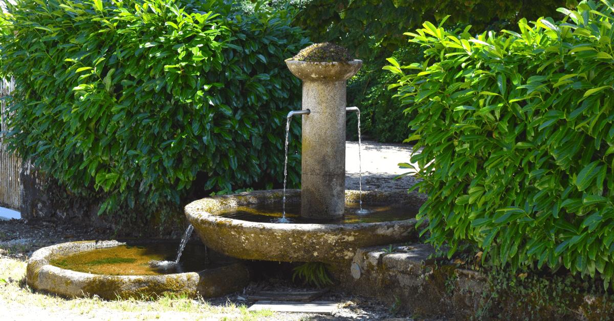 Fontaine de l'eau de source dont bénéficie le <strong>monastère du Jassonneix</strong> - Divine Box