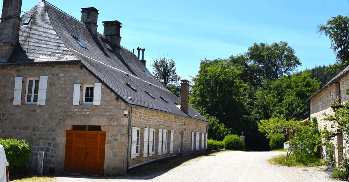 A gauche, le château du Jassonneix devenu hôtellerie, et à droite, l'ancienne ferme transformée en boutique - Divine Box