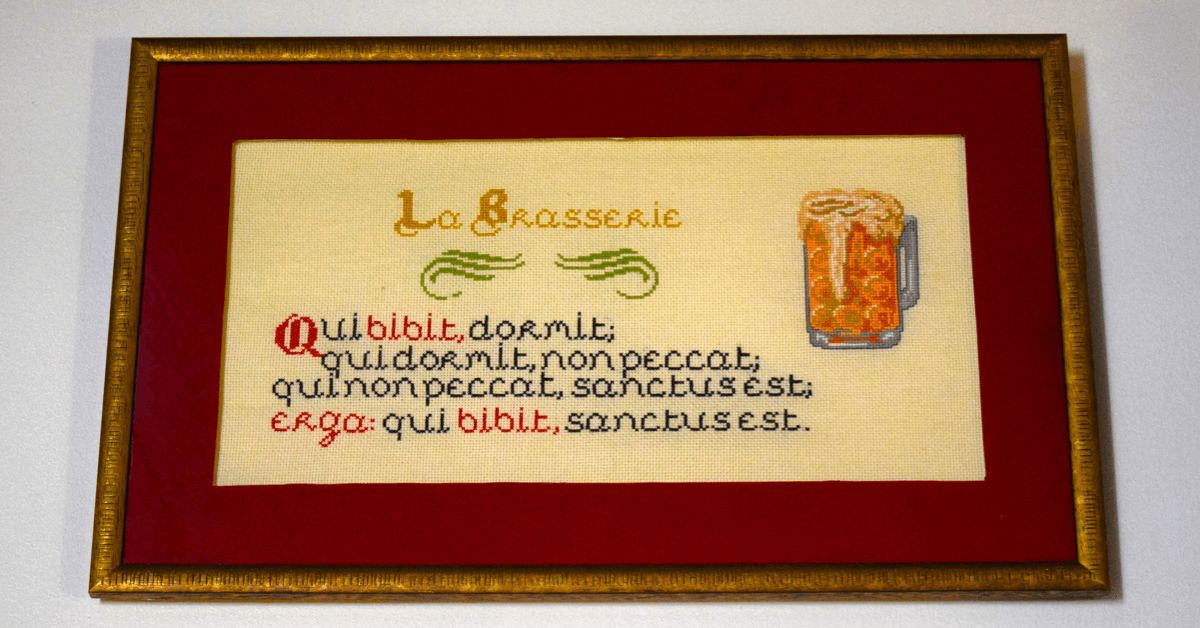 Dans leur brasserie, les moines de Saint-Wandrille ont affiché un proverbe plein d'humour