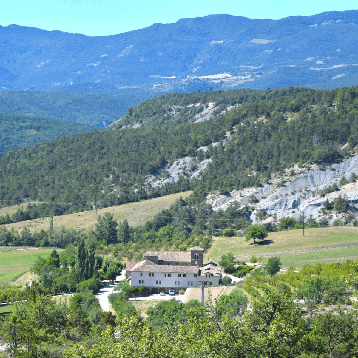 Le choix du lieu de construction de l'abbaye de Rosans, un cadre naturel à couper le souffle