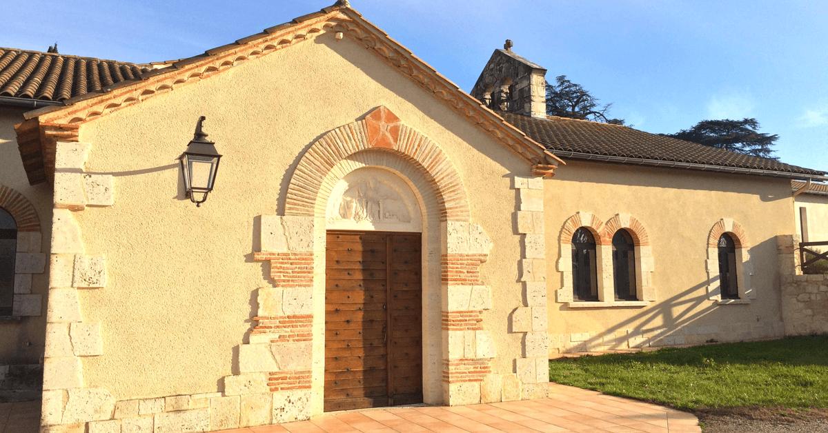 La chapelle du monastère utilise de la pierre de Puymirol, et est réhaussée d'un clocher-mur, des éléments architecturaux typique de la région
