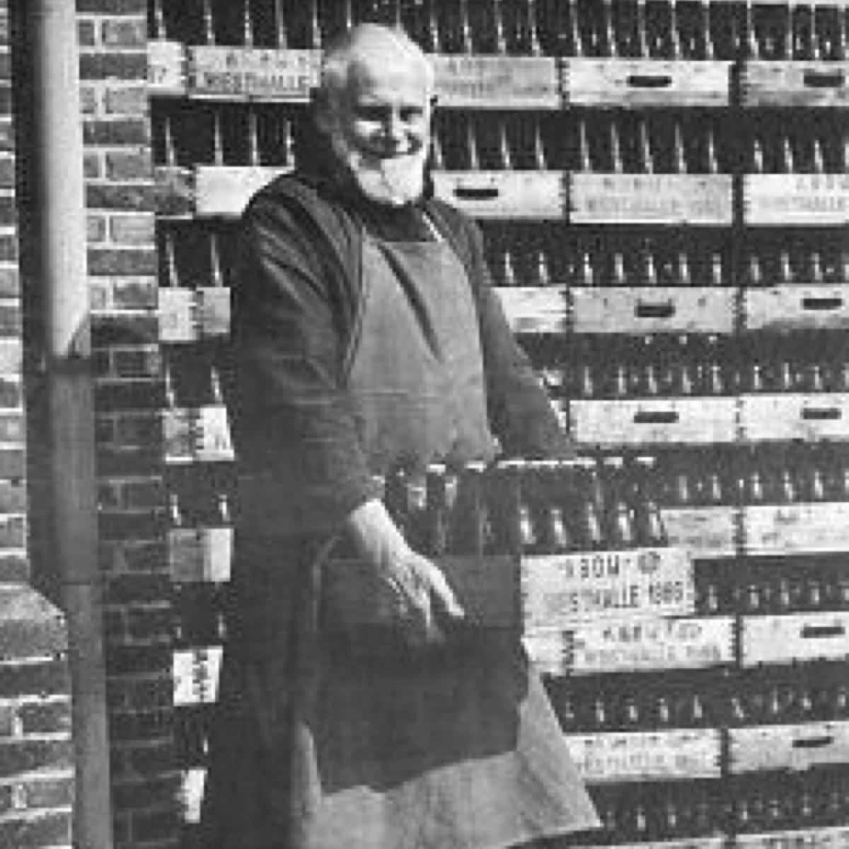 Ci-dessus, un moine de Westmalle travaillant dans sa brasserie en 1966, date à laquelle la Westmalle Tripel était déjà depuis 20 ans la toute première bière du genre triple dans le monde entier
