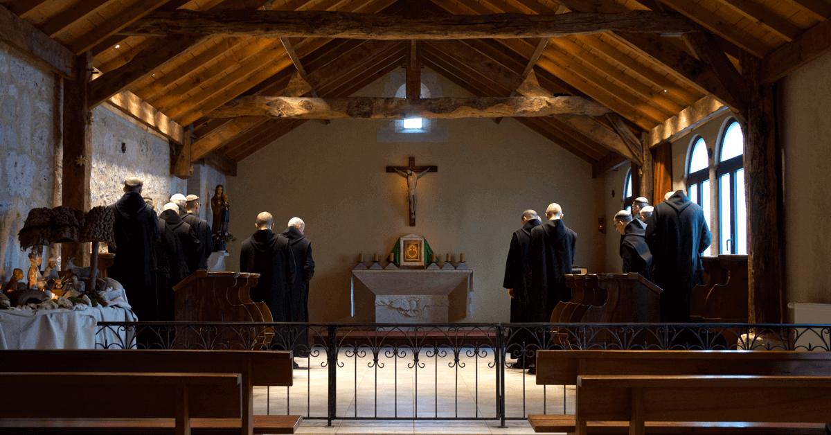 Les moines bénédictins du monastère prient huit fois par jour dans la chapelle