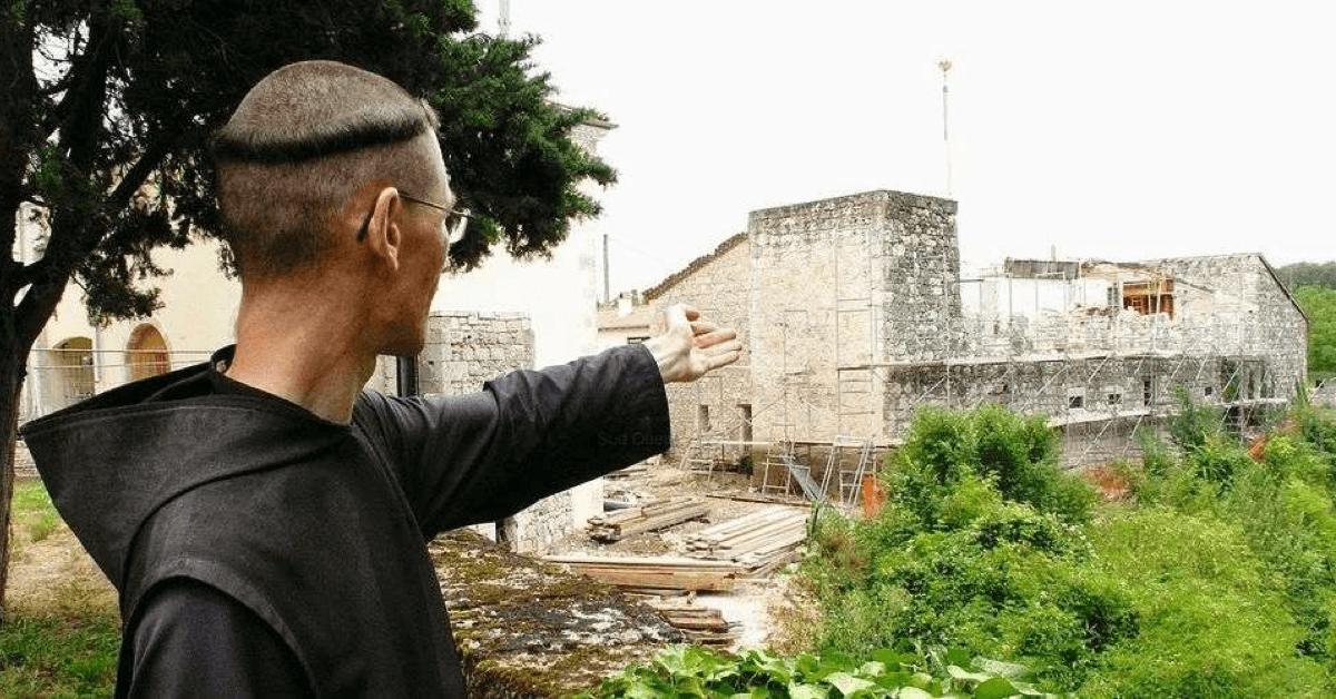 Un des frères présente l'avancée des travaux du monastère (aujourd'hui, ces bâtiments sont achevés)